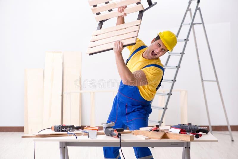 De vloerhersteller met zijn werk wordt teleurgesteld dat royalty-vrije stock afbeeldingen