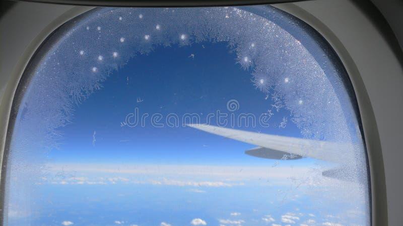 De vlokken van de sneeuw op het venster van de Jet stock fotografie