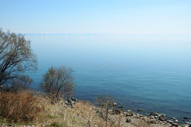 De vlotte kalme oppervlakte van Meer Baikal in de lente royalty-vrije stock afbeeldingen