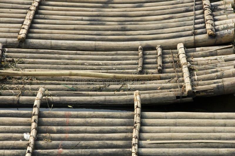 De vlotten die van het bamboe op toeristen wachten stock fotografie
