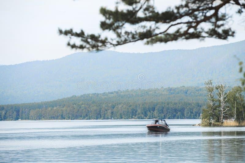 De vlotters van de motorboot op water van meer stock foto's
