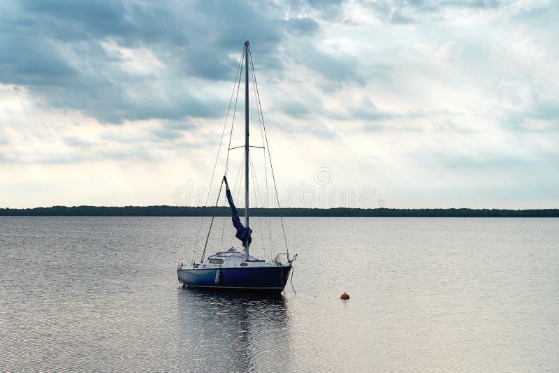 De vlotters van de motorboot in het meer stock afbeeldingen