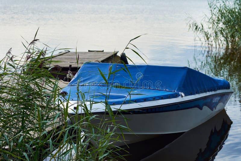 De vlotters van de motorboot in het meer stock foto's