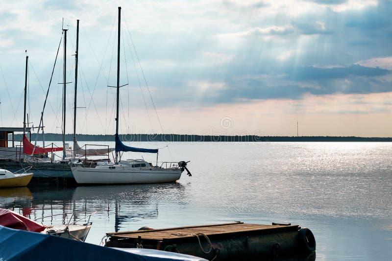 De vlotters van de motorboot in het meer royalty-vrije stock fotografie
