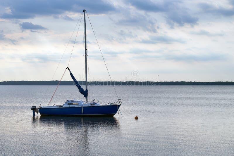 De vlotters van de motorboot in het meer stock fotografie