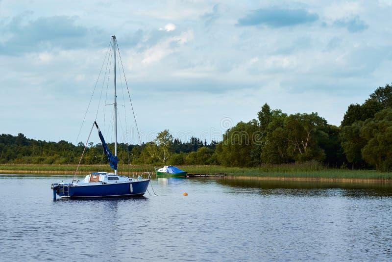 De vlotters van de motorboot in het meer stock afbeelding