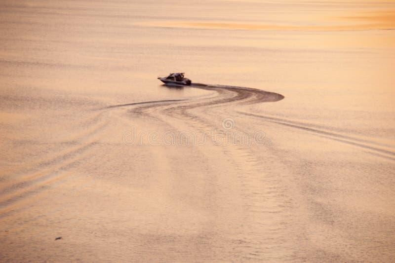 De vlotters van de motorboot op een kalme overzeese vlotte oppervlakte royalty-vrije stock foto's