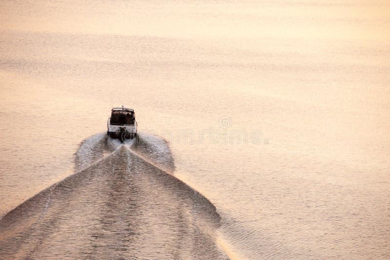 De vlotters van de motorboot op een kalme overzeese vlotte oppervlakte royalty-vrije stock fotografie