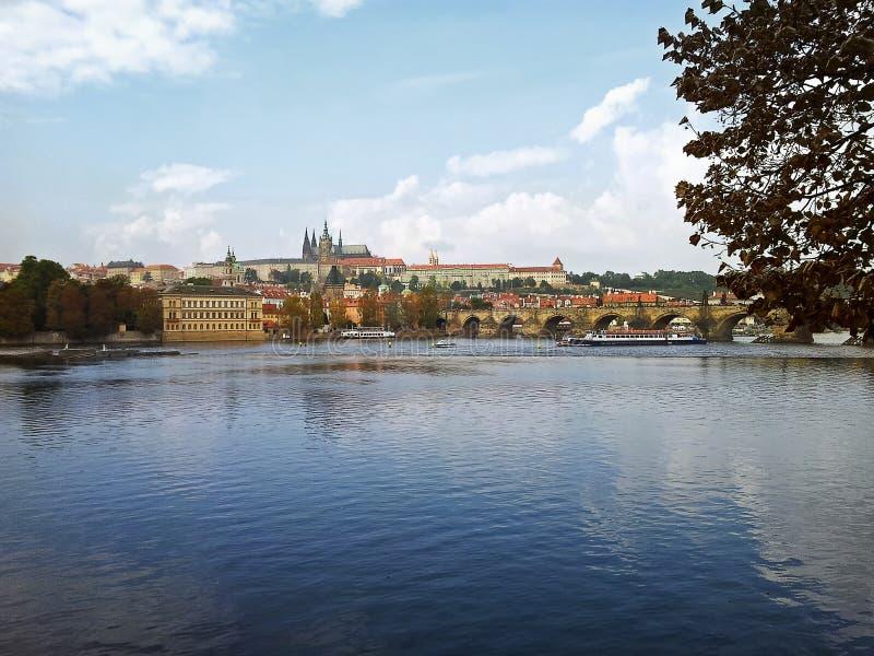 De Vltava-rivier vloeit door het district van Praag Mala Strana royalty-vrije stock foto's