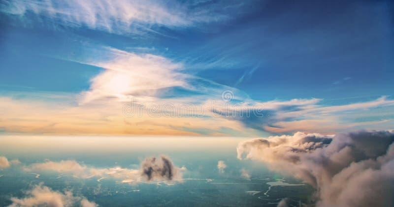 De vlucht over wolken royalty-vrije stock afbeeldingen