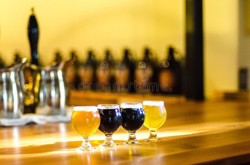 De vlucht van het ambachtbier bij de bar stock afbeeldingen