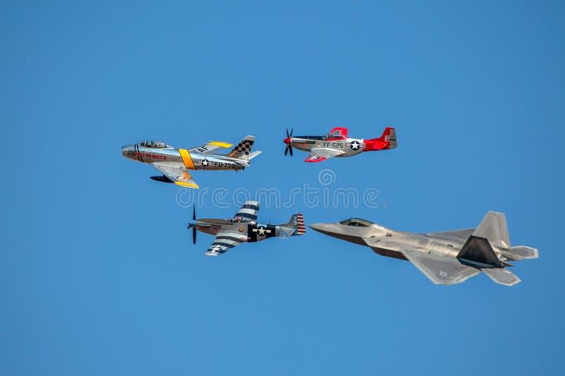 De vlucht van de de Luchtmachterfenis van de V.S. van F-22, F-86 Sabel, Mustang p-51 royalty-vrije stock fotografie
