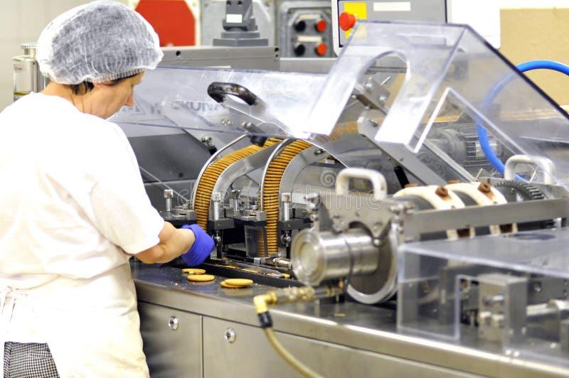 De voedselindustrie - de koekjesproductie in een fabriek op een transportband is stock afbeeldingen