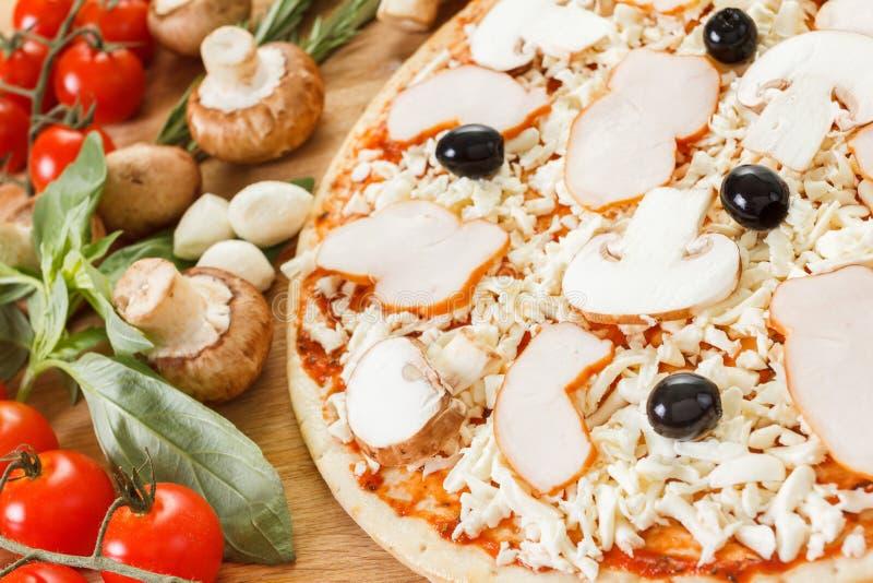 De voedselingrediënten voor pizza op lijst sluiten omhoog royalty-vrije stock afbeeldingen