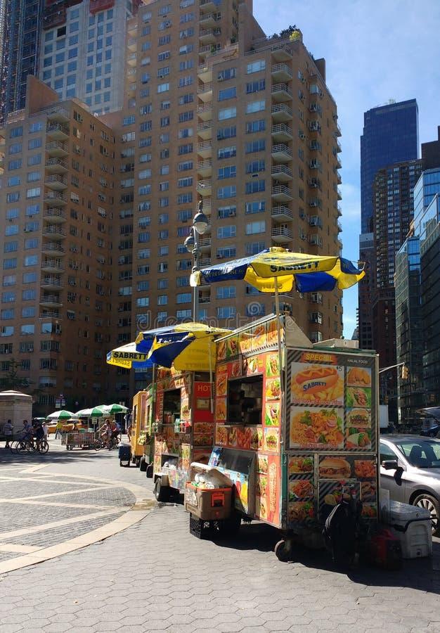 De voedselkarren verkopen Snel Voedsel in Columbus Circle Near Central Park, NYC, de V.S. stock foto's