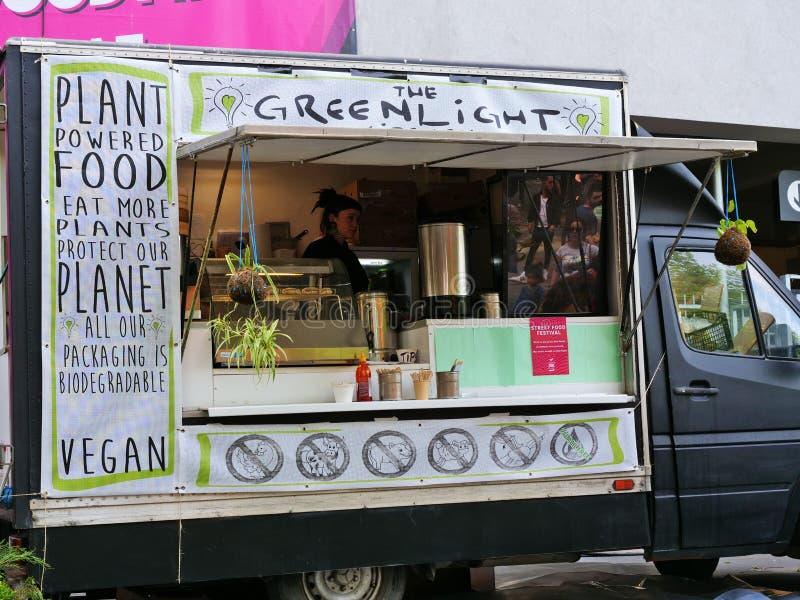 De voedselvrachtwagen verkoopt veganistvoedsel royalty-vrije stock fotografie