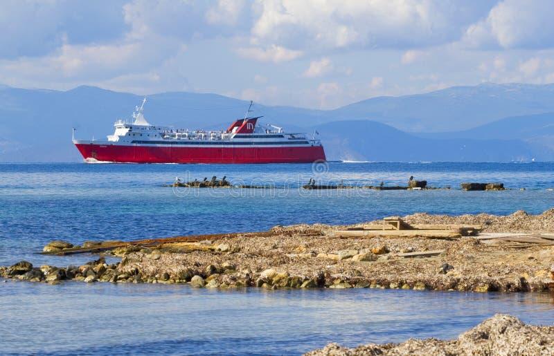 De voering nadert het Eiland Aegina in Griekenland op een duidelijke dag royalty-vrije stock afbeeldingen