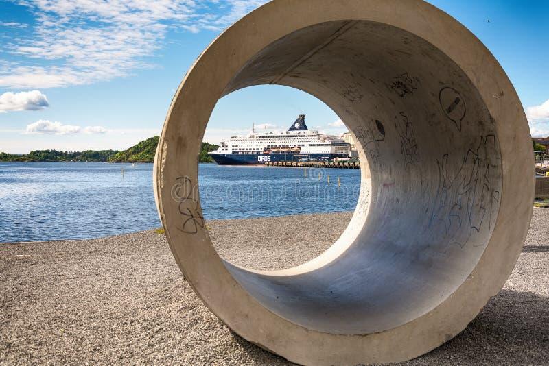 De voering van de luxecruise legde in de rustige wateren van Oslo habour naast de historische Akershus-Vesting, Noorwegen vast royalty-vrije stock foto's
