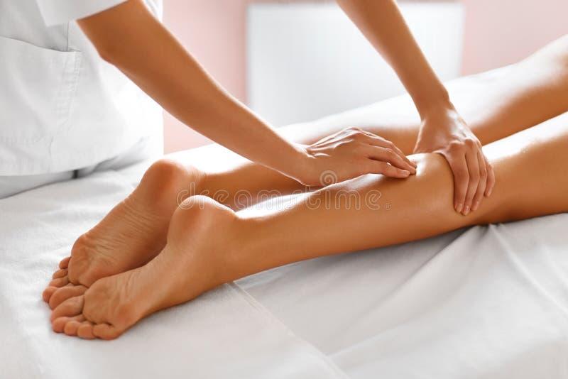De voet van de vrouw in het water Close-up die van vrouw kuuroordbehandeling krijgen Benenmassage royalty-vrije stock foto