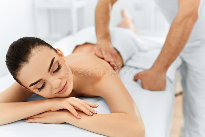 De voet van de vrouw in het water De Vrouw van het kuuroord De behandeling van de schoonheid Lichaamsmassage, Kuuroordsalon royalty-vrije stock fotografie