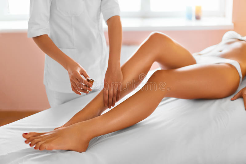 De voet van de vrouw in het water Kuuroord - 7 De therapie van de beenmassage royalty-vrije stock foto