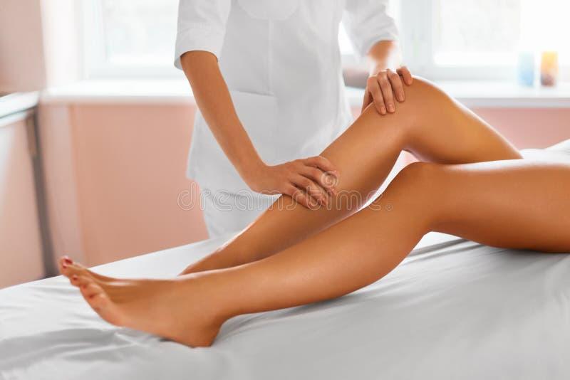 De voet van de vrouw in het water Kuuroord - 7 De therapie van de beenmassage stock afbeeldingen