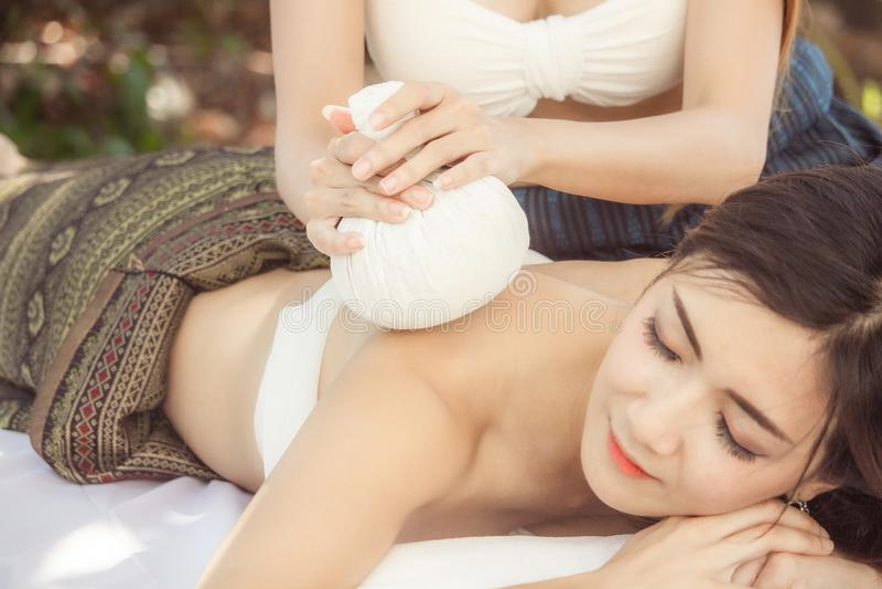 De voet van de vrouw in het water Jonge Aziatische Vrouw royalty-vrije stock foto's