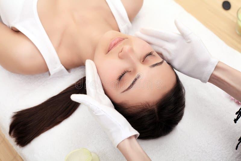 De voet van de vrouw in het water De massagebehandeling van het kuuroordlichaam stock foto