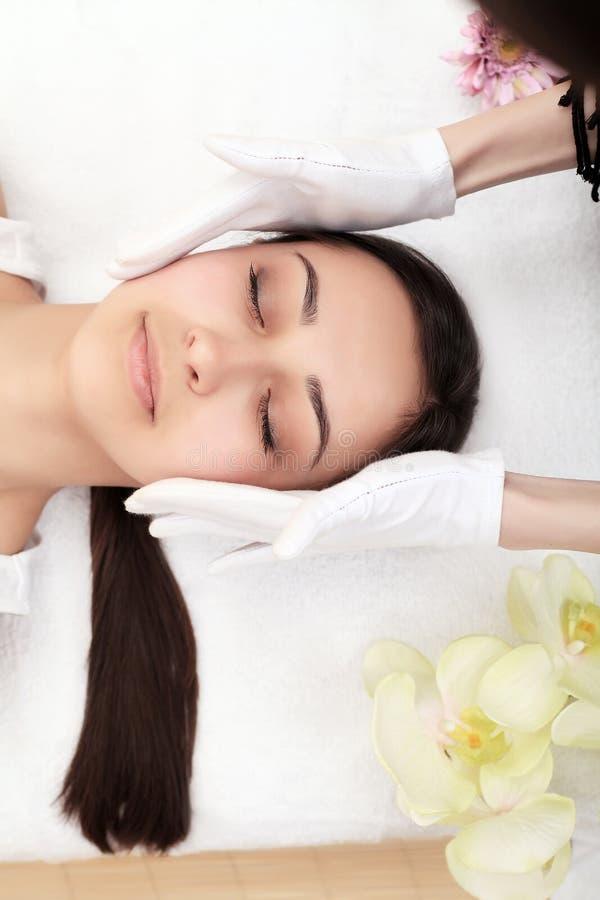De voet van de vrouw in het water De massagebehandeling van het kuuroordlichaam stock foto's