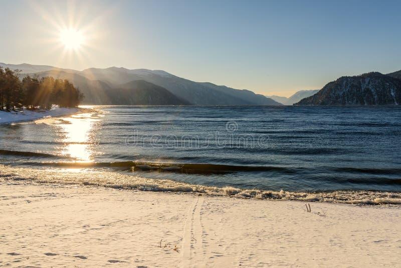 De voetafdrukken van de de sneeuwzon van meerbergen royalty-vrije stock foto's