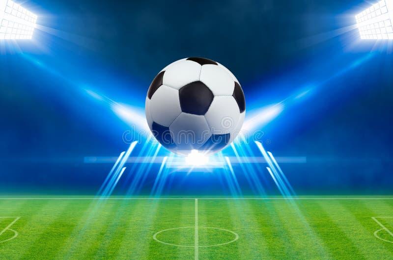 De voetbalbal, heldere schijnwerpers, verlicht groen voetbalstadion royalty-vrije illustratie