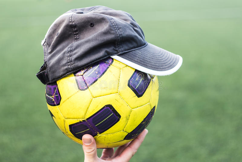 De voetbalbal op dient een GLB in stock fotografie