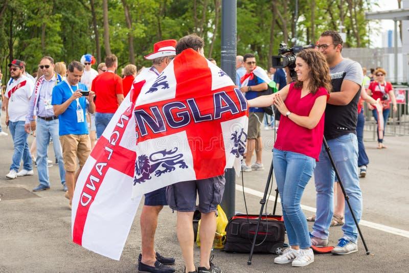 de voetbalfans van Engeland met de nationale vlag verheerlijken hun team in de Wereldbeker vóór de gelijke Engeland Zweden royalty-vrije stock afbeeldingen