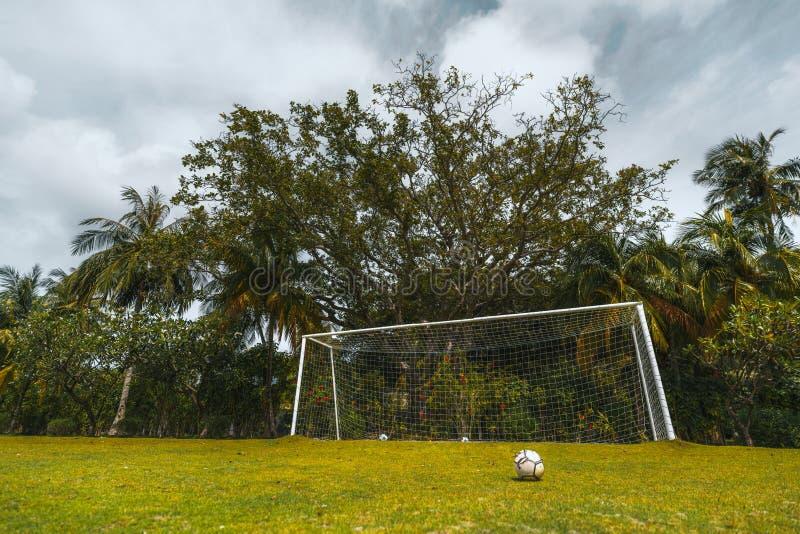 De voetbalpoorten, gebied en ballen, nemen openlucht zijn toevlucht stock foto's