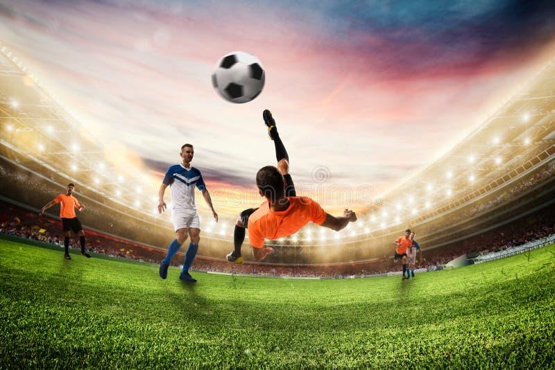 De voetbalstriker raakt de bal met een acrobatische fietsschop het 3d teruggeven stock foto's