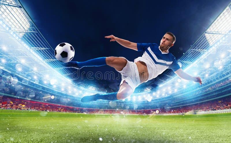 De voetbalstriker raakt de bal met een acrobatische schop in een stadion royalty-vrije stock foto's