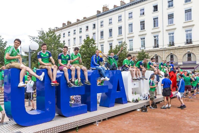 De voetbalventilators hebben pret dichtbij UEFA-het embleem van EURO 2016 in Lyon, Frankrijk royalty-vrije stock afbeelding