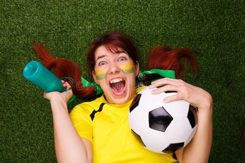 De voetbalventilators steunen hun team en vieren doel stock fotografie