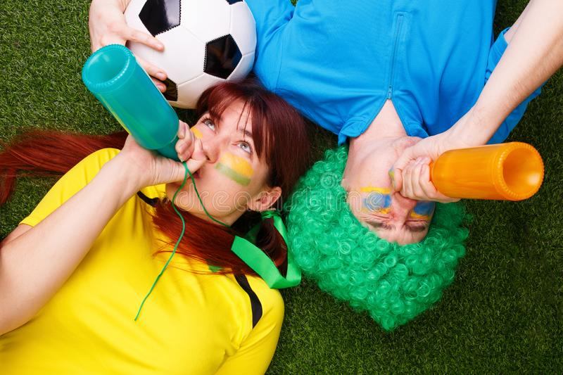 De voetbalventilators steunen hun team en vieren doel royalty-vrije stock foto's
