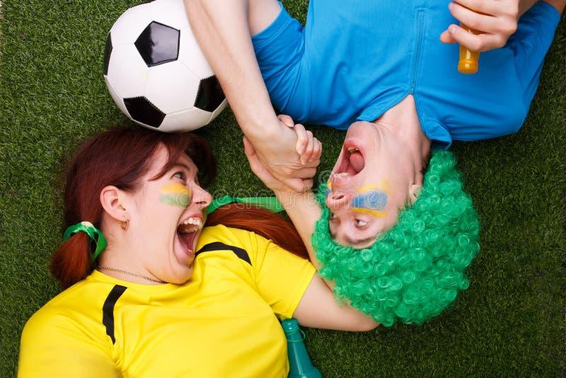 De voetbalventilators steunen hun team en vieren doel stock afbeeldingen