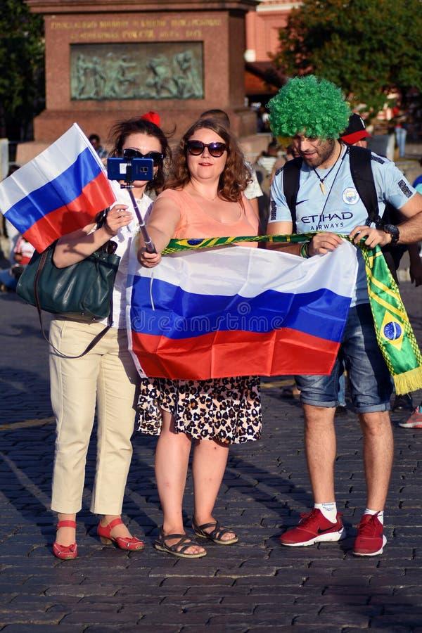 De voetbalventilators van Rusland en Brazilië stellen voor foto's in het Rode Vierkant in Moskou royalty-vrije stock afbeelding