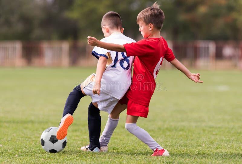 De voetbalwedstrijd van jonge kinderenspelers op voetbalgebied royalty-vrije stock afbeeldingen