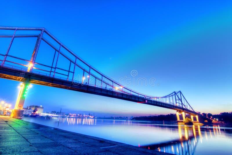 De voetbrug in Kyiv, shoted in schemer royalty-vrije stock afbeeldingen