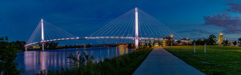 De voetbrug Omaha van Bob Kerrey van de nachtscène royalty-vrije stock afbeeldingen