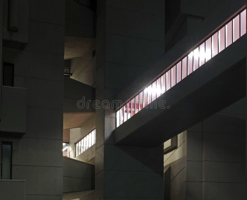 de voetdiebrug op het gebouw van jaren '60roger stevens op de universiteit van Leeds bij nacht wordt verlicht stock afbeeldingen