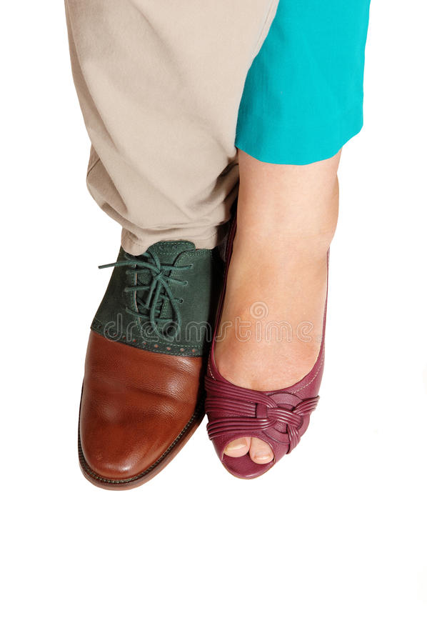 De voeten en de schoenen van een man en een vrouw royalty-vrije stock fotografie