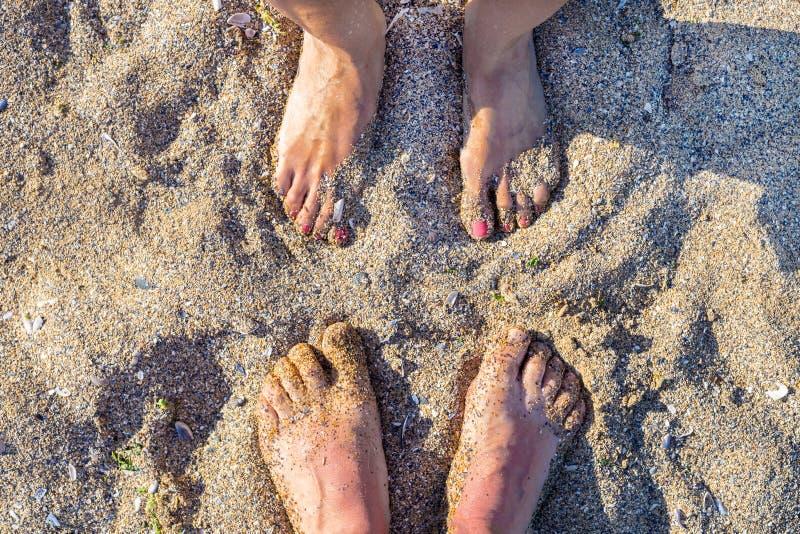 de voeten op het zand van een strand, de zomer ontspannen vakantie stock afbeeldingen