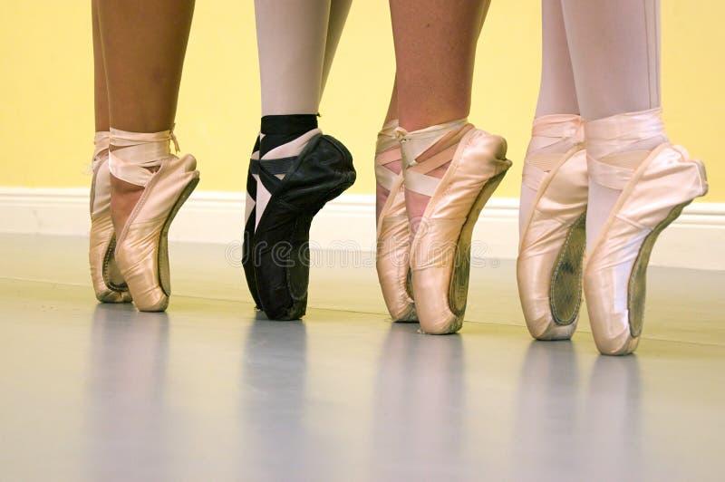 De voeten van balletdansers in pointeschoenen stock foto's