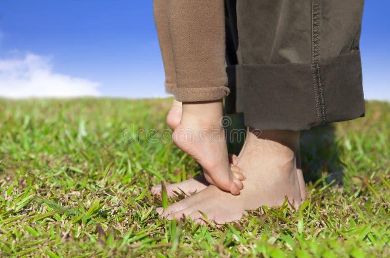 De voeten van de familie op het gras royalty-vrije stock afbeeldingen