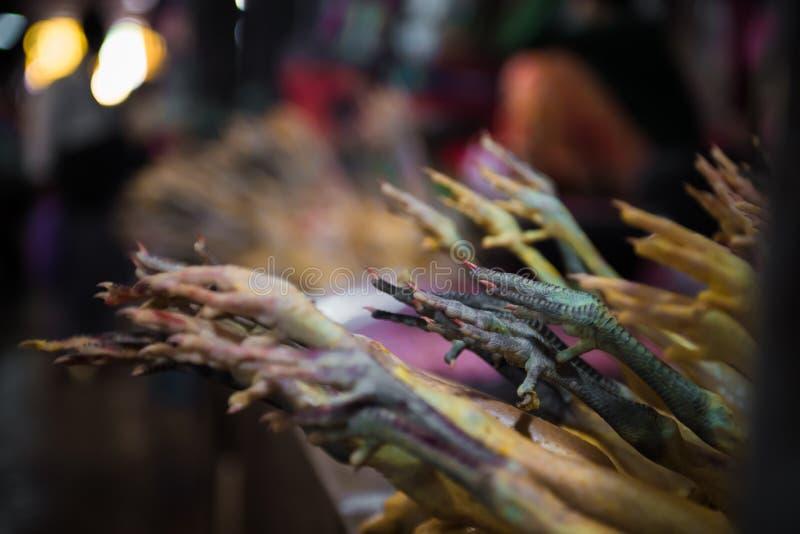 De voeten van de kip bij de markt royalty-vrije stock foto